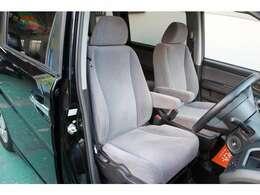 運転席&助手席ともにアームレスト付です