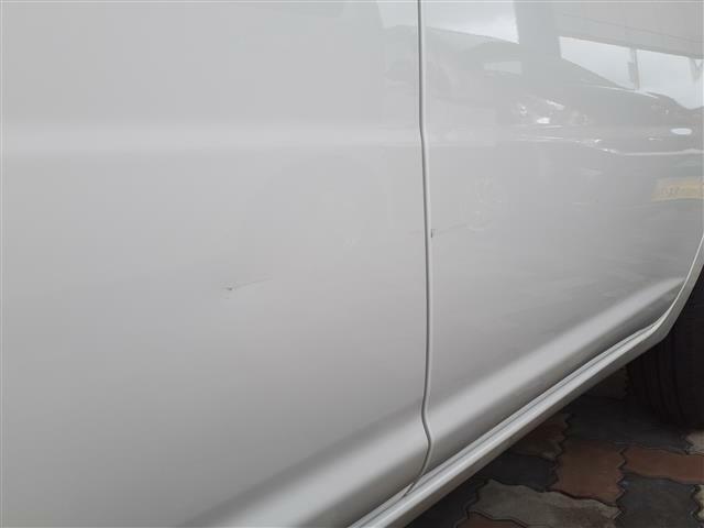 Fドア後端及びRドアに凹みを伴ったキズあり。修理は別途ご相談下さい。