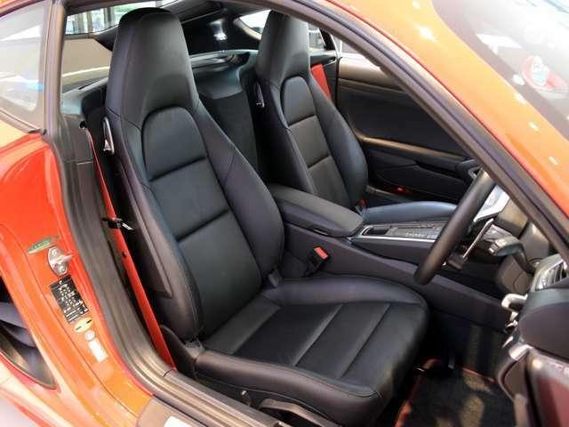 シートのコンディションも良好。ブラックレザーシートが選択されており、ガーズレッドシートベルトも備わっております。