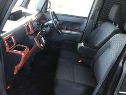 助手席も目立つシミや汚れなどはございません。