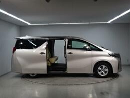 アルファード30系の車両寸法は全長4945mm全幅1850mm全高1935mm(4WD1950mm) 室内長3210mm室内幅1590室内高1400mmになります。