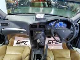 広々とレイアウトされた操作性の良いドライビングプレジャー。ドライバーを邪魔することなくレイアウトされております。