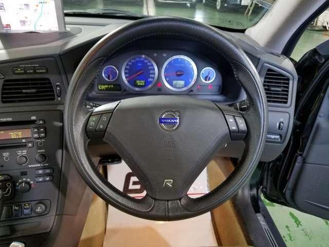 ドライバーとお車を繋ぐステアリングスイッチ。お手元のボタンで操作できます。