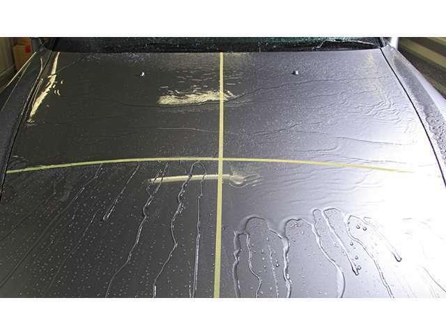 Bプラン画像:説明せずとも、一目瞭然。撥水の効果がこのように違います。また、ブラックや濃紺など深みのあるボディ色で気になるウォータースポットも、多く撥水することで、残る水滴も少なくなることから、抑制に貢献します。