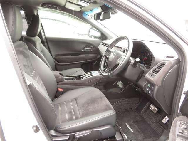 フロントシートはワイドなコンソールで仕切られた広々セパレートタイプ!!運転席・助手席にはシートヒーターを採用。寒い日に冷えやすい腰、脚部に快適な温もりを得られます♪♪