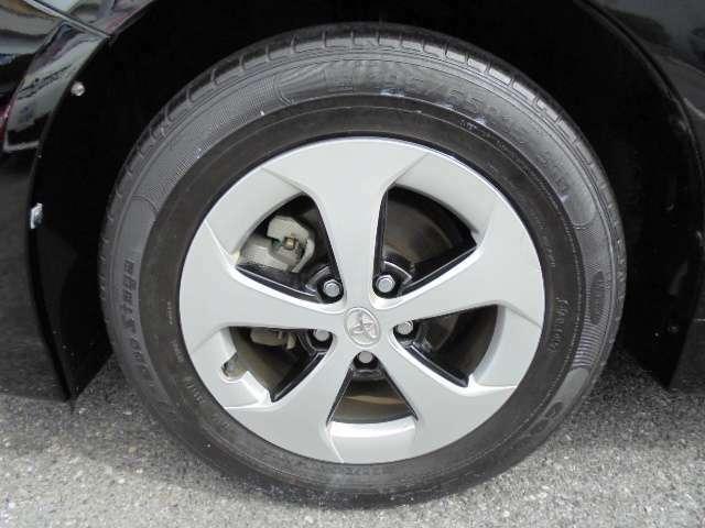 純正15インチアルミホイールです。タイヤサイズは、195-65R-15です。
