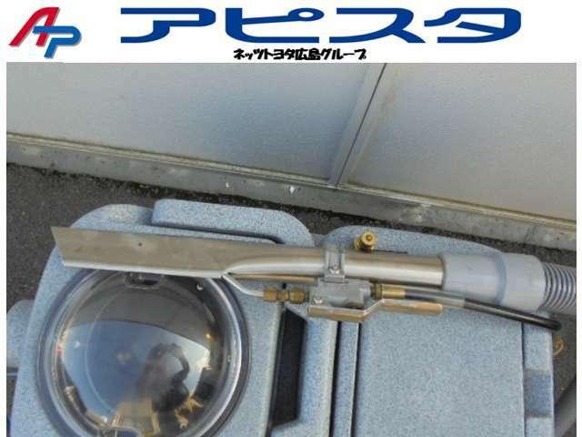 車内内装クリーニング専用の温水スチーム洗浄機の使用後の汚水状況です。きれいな温水で洗浄したあとは見た目で判らなかった汚れも除去いたします。