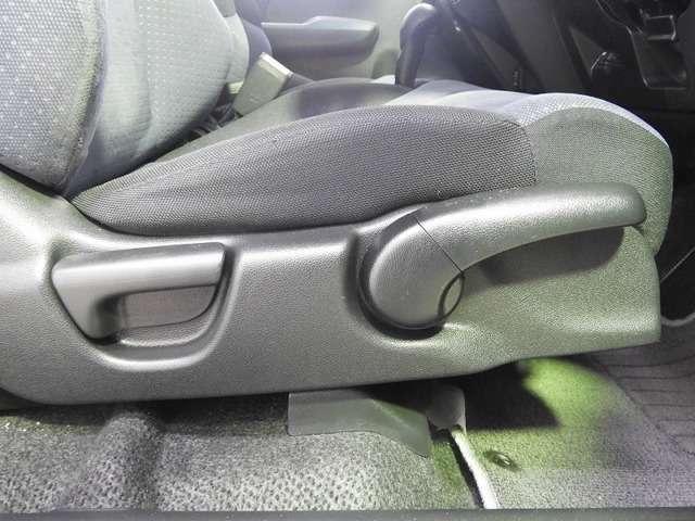 【前席】運転席にはシート高を調整できるハイトアジャスターが装備され、幅広いシートポジションの設定が可能になっております♪