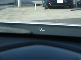 メーター上のクリア板アクティブ・ドライビング・ディスプレイには走行中の速度やナビの案内などが表示されます。うっかり速度の出しすぎて・・・と言うことも防げる良い機能です。