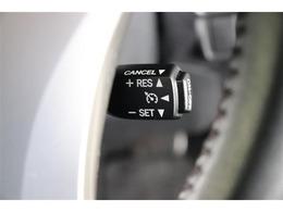 アクセル操作なしで定速走行が可能です。長距離のドライブに役立ちます。