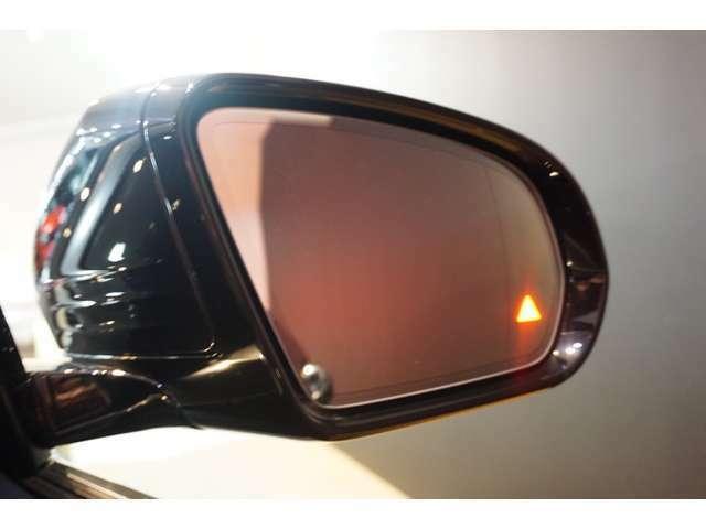 【ブラインドスポットアシスト】走行中車両の斜め後ろの死角エリアをモニタリングし、ドアミラー内蔵のインジケーターを点灯させて注意喚起し、安全な走行のサポートをします。
