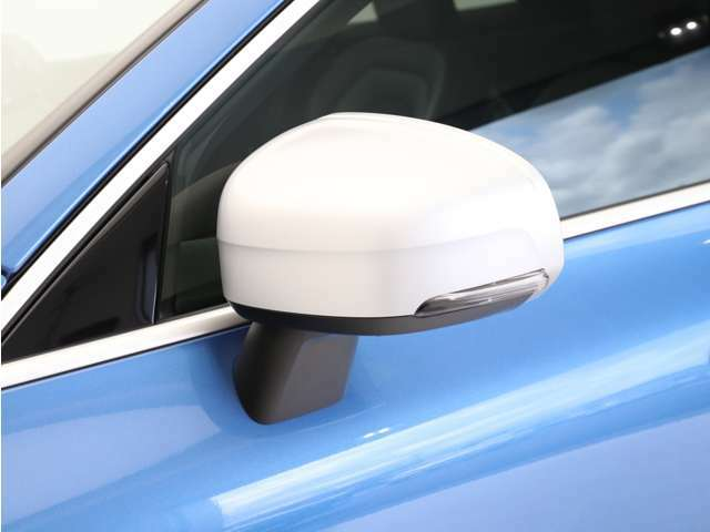Rデザイン専用の艶消しシルバー塗装を施したサイドミラーカバーがアクセントになっています。