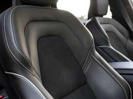 スムースレザーとバックスキンを組み合わせた専用スポーツシートを装備。使用可の少ない綺麗な状態を保っています。