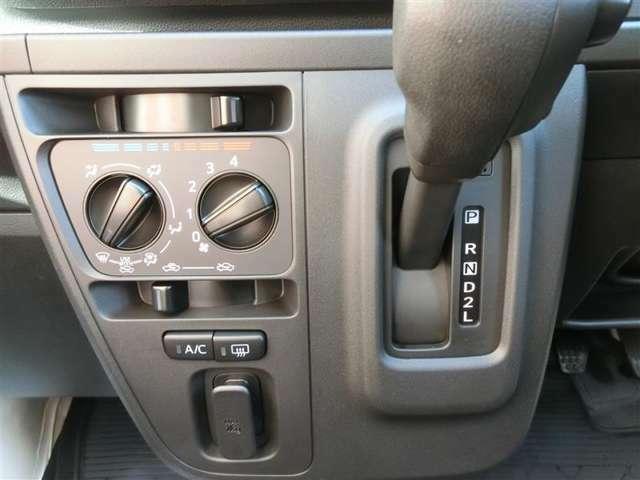 マニュアルエアコン車です