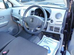 運転席廻りの画像です。清潔感があります。