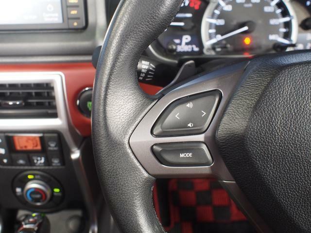 オーディオ操作用のステアリングスイッチ。運転姿勢を変えることなく音量調節や選曲等の操作ができます。