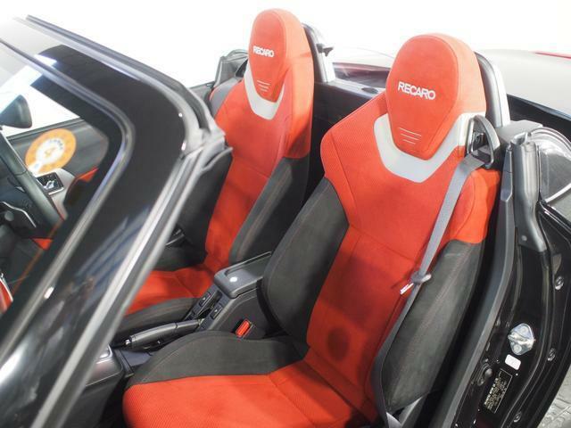 シートはスポーツブランドのレカロ。適度なホールド性で乗員をしっかり包み込みます。手触りの良いシート表皮もぜひ実車でご確認ください。