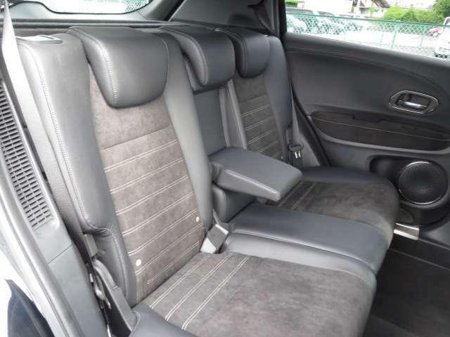 後部座席にもアームレストがございます。