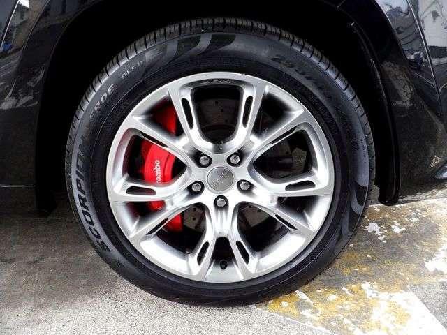 専用20インチアルミ!高性能『ブレンボ』ブレーキキャリパー!ランフラットタイヤで、サイズは295/45ZR20です。