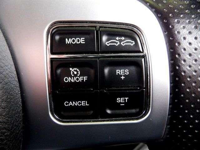 ステアリングには、アダプティブクルーズコントロールの操作スイッチや、パドルシフトが装備されており、操作性も良いです。