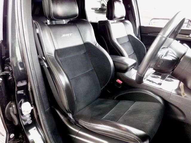 SRT8専用全席レザーシートで、パワーシートとシートヒーター、シートエアコンも装備しております。