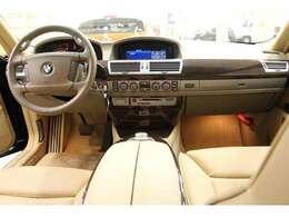 ボディーサイズは、全長5040×全幅1900×全高1490mmです。BMWブランドのフラッグシップセダン740i☆高級感たっぷりの1台です。