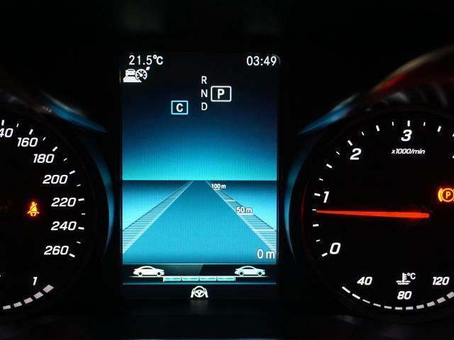 レーダーにより前を走る車を認識し、速度に応じた適切な車間距離を維持するディストロニックプラスは、渋滞時や高速走行時の利便性とドライバーの疲労の軽減にも貢献します。