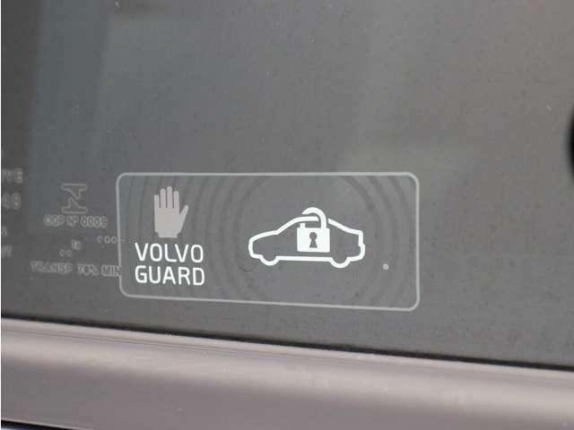 【ボルボガードアラームシステム】何者かが有効なリモートコントロールキーを持たずに車内に入ったり、メインバッテリーまたはアラームサイレンを操作したりした場合、アラームは警告音を発し、警告灯を表示します。