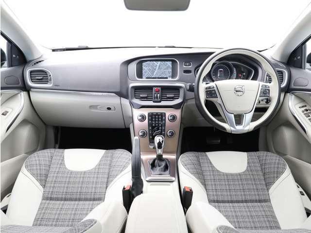 シンプルながら高い質感を誇るインパネデザインは操作性に優れ運転に集中できる環境を提供します。CC専用のカッパーカラーのセンターパネルが個性的です。