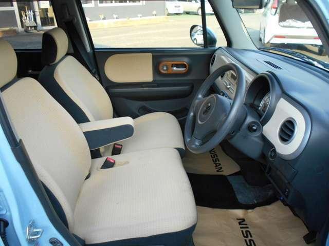 運転席は前後にスライドするだけではなくシートの高さ調節することが出来るのです!自分の身長に合った運転姿勢を確保する事が出来るのは嬉しいですね