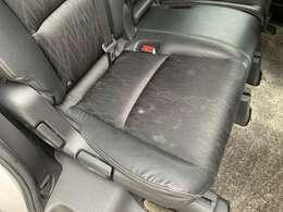 後部座席2列目のシート座面にシミ汚れがあります。