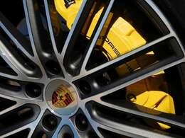 流れるような流線形デザインがポルシェの中でもきれいな1台で、ボディカラーも黒にはない艶やかな雰囲気が出ています。