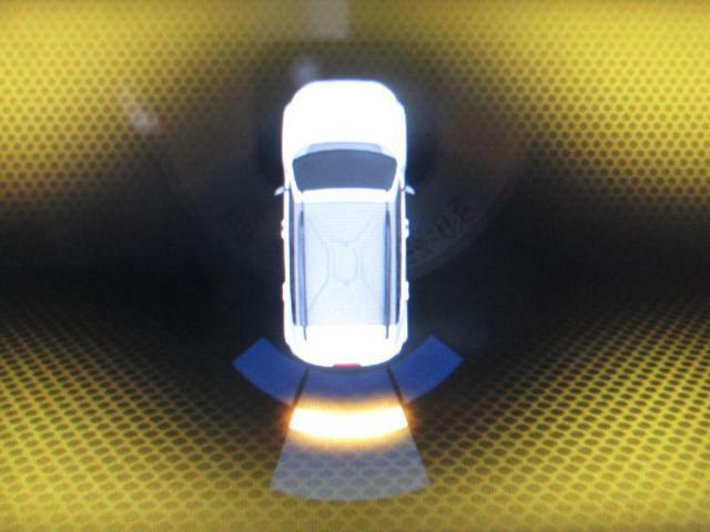 Rギアにシフトすると、運転席前にあるモニターがこの表示に変わり、車体の前後左右にある障害物との距離を、警告音と表示で教えてくれます☆とても安心して駐車ができます♪