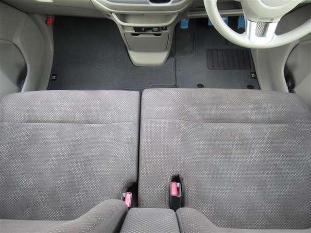 フロントベンチシートだから運転席の足元もゆったり広々快適です♪助手席へのウォークスルーも楽々可能!