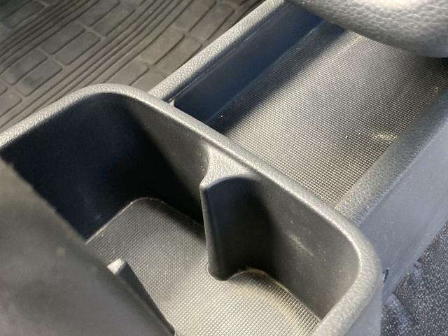 運転席と助手席の間には便利なカップホルダーついてます