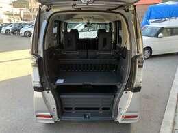 荷室は、N-BOXより広く2段式になっており荷物もたくさん積む事ができます。