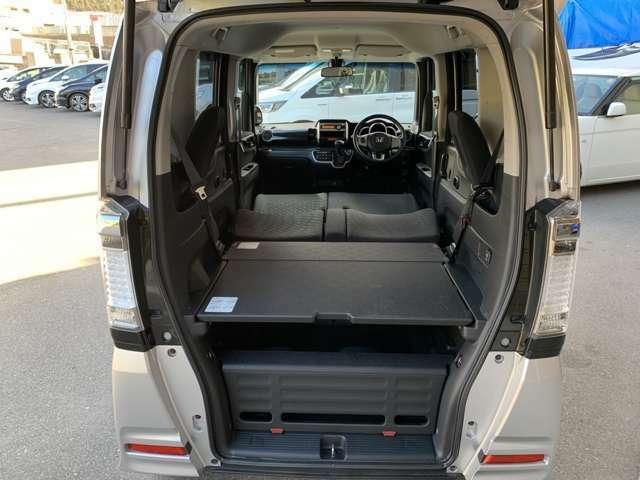 前席のシートも倒すとフルフラットになり車中泊などもできます。