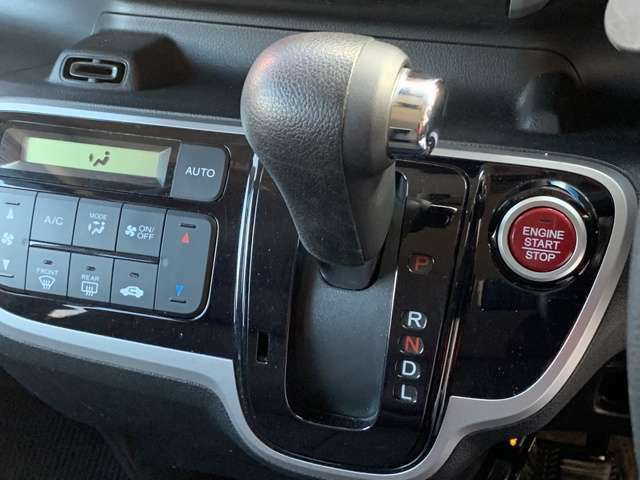 スマートキー&プッシュエンジンスタート、ポケットやバックなどにキーを入れたまま探さなくてもロックの施錠、開錠、エンジンスタートも出来ます。これは便利