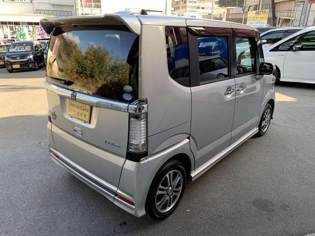 プライバシーガラスが装備されています。外を見るときには気にならずに、後方車両からは車内が見えにくい設計です。