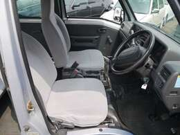 運転席には少し使用感も見られますが、全体的にキレイです