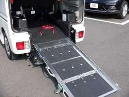乗降アシスト装置(電動ウインチ)ベルトを電動で巻き上げて、車いすの乗り降りを手助けします。昇降能力 120kg