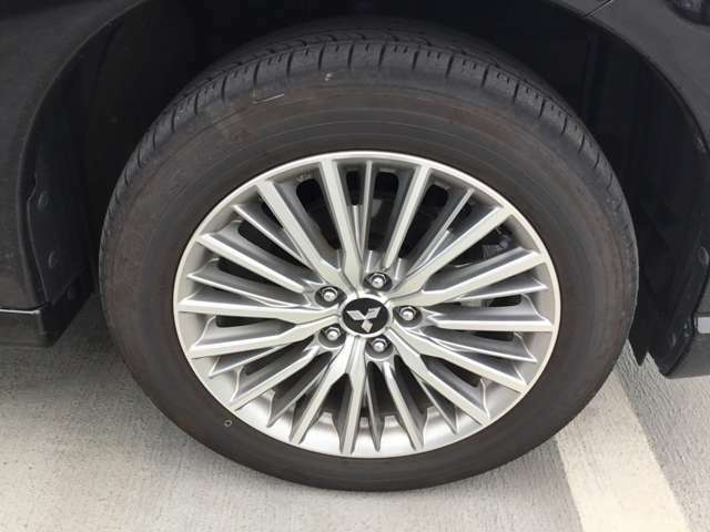 純正アルミホイール付きです!タイヤもカッコよく溝もまだまだ大丈夫ですよ!