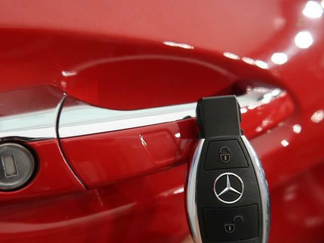 ●キーレスゴー(スマートエントリー機能):キーを使わずに解錠やエンジン始動ができるキーレスゴー。キーを身につけるだけでドアを解錠できる機能。エンジン始動もボタンを押すだけです。