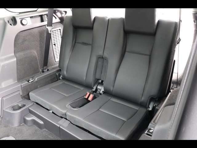 3列目パック(337,000円)サードシートを装備。急な乗車もボタン一つでシートが出てきます。座りやすさも考えて設計されておりますのでご安心ください。