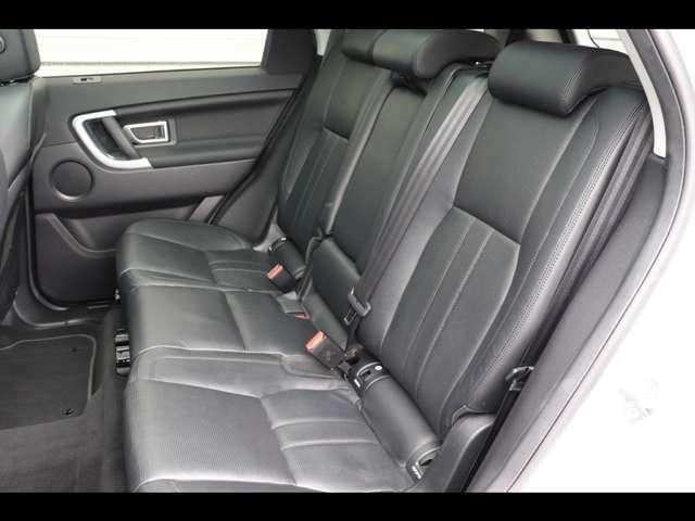 後席は特に使用感もなく、綺麗な状態で入庫しております。またISO-FIXも装備されており、チャイルドシートも簡単に取り付けられます。