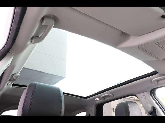 パノラミックルーフ パワーサンブラインド付(167,000円)。後席まで広がるパノラミックルーフは遮るものがなく、後席からもでも解放感たっぷりの仕様です。車内に明るい日差しを取り入れます。