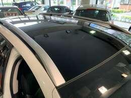 車内が明るいガラスルーフのお車です。もちろん仕切りもございますので、ご安心ください。