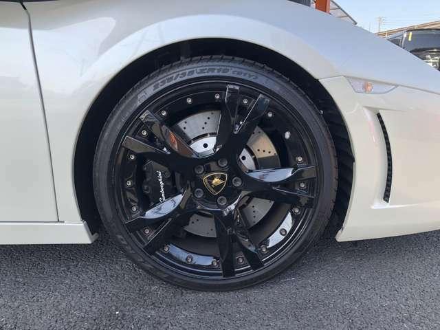 タイヤサイズはフロント235/35/19リア295/30/19です。