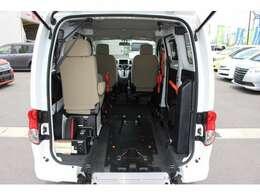 スロープ板を展開して車いすの方が入ります。車いすの方2名と他に4名の6人乗りです。