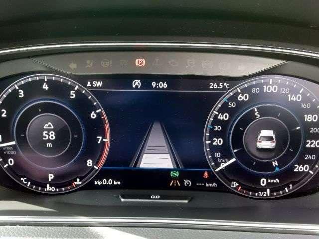 あらかじめ設定されたスピードを上限に自動で加減速を行い、一定の間隔を維持することで、長距離走行などでのドライバーの疲労を低減させます